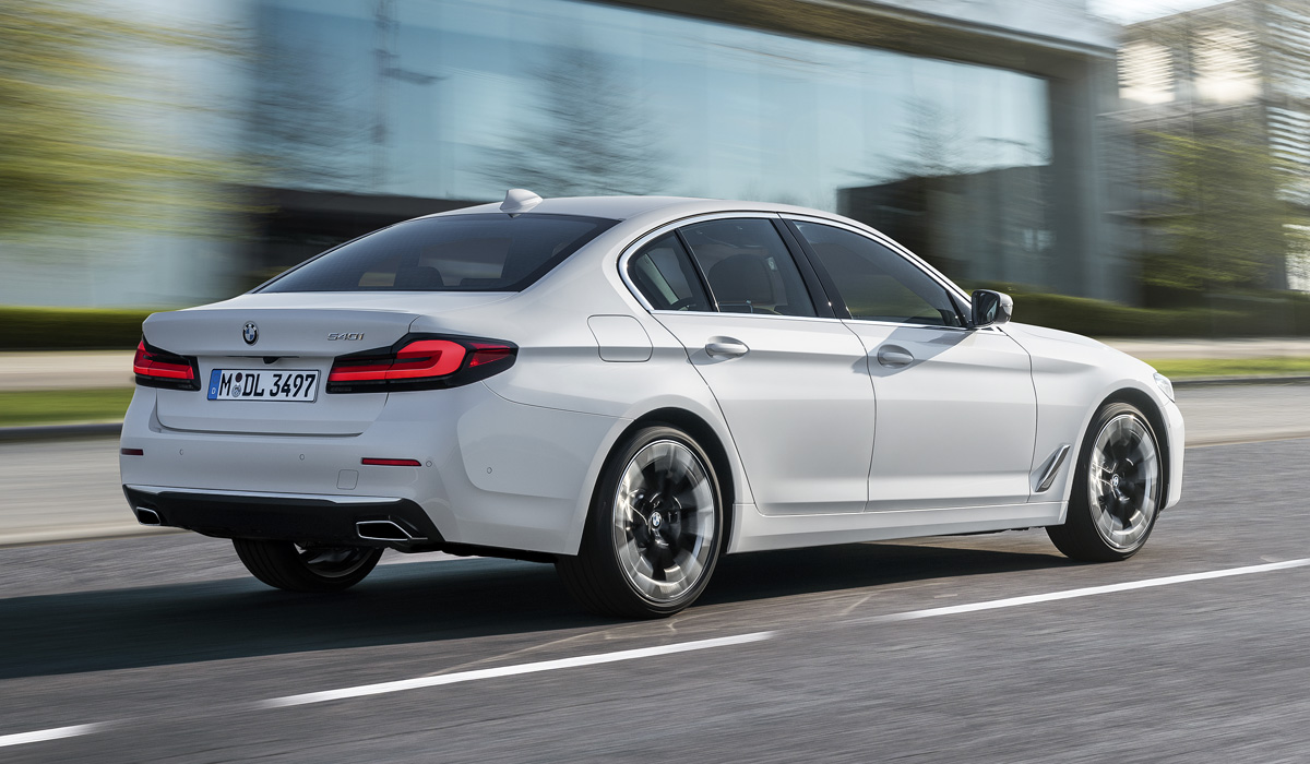 The restyled family of the fifth G30 series is immediately presented almost in its entirety: sedan, station wagon, petrol and diesel variants, hybrids… The only thing missing