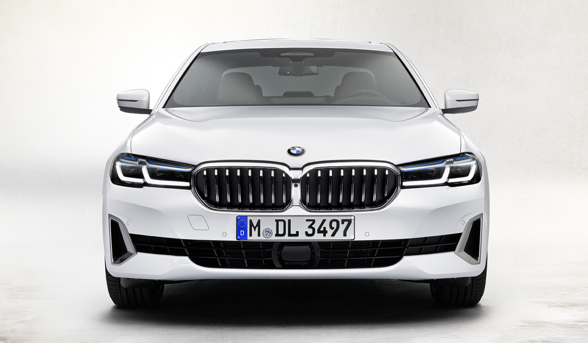All diesels now have dual-flow turbochargers, with the recoil remaining the same only for the 520d version (2.0 l, 190 HP, 400 Nm). The three-liter engine of the BMW 530d