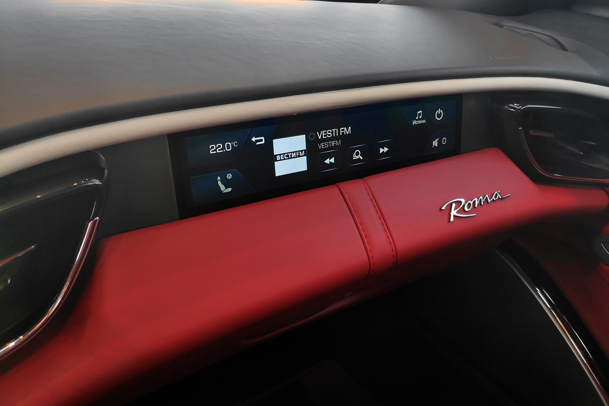 Roma, в отличие от F8, имеет центральный дисплей медиасистемы, но есть и вот такой отдельный сенсорный экран перед пассажиром