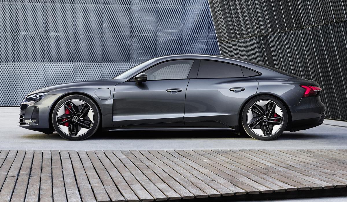 Серийный электроседан Audi e-tron GT представлен в двух версиях