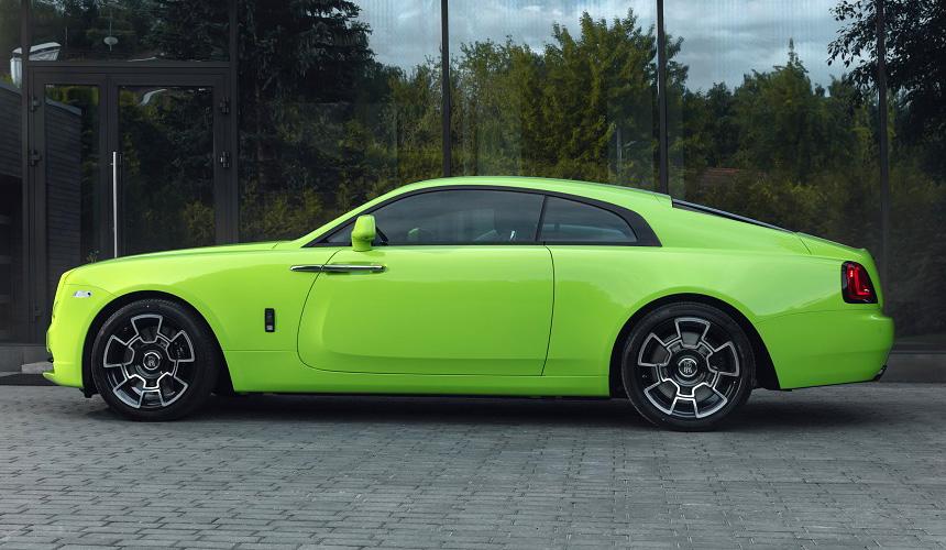 В Россию прибыли три Роллс-Ройса с яркими сочными кузовами из серии Neon Nights