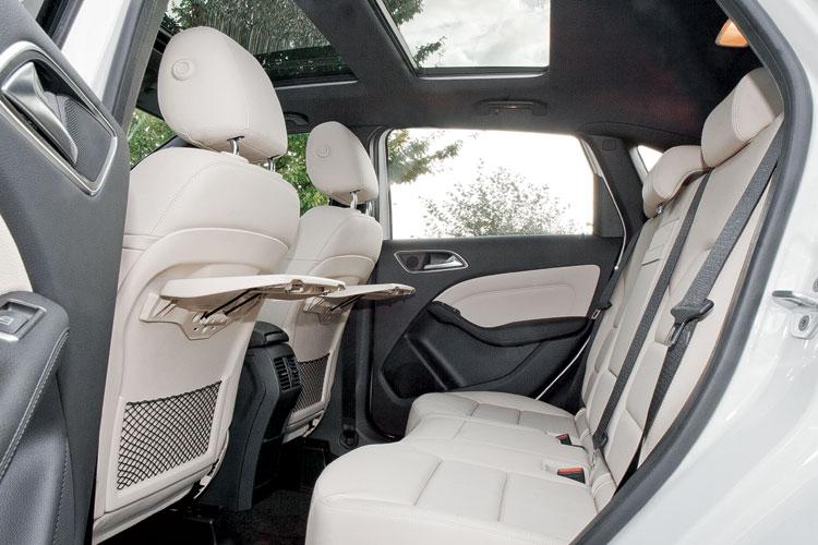 В автомобиле mercedes gl перетянуты 2 передних сиденья, задний диван с подлокотником, все подголовники