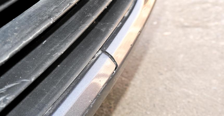 Даже легкий контакт может обернуться сломанными местами крепления бампера к крыльям, а от более сильных ударов трескается пластик