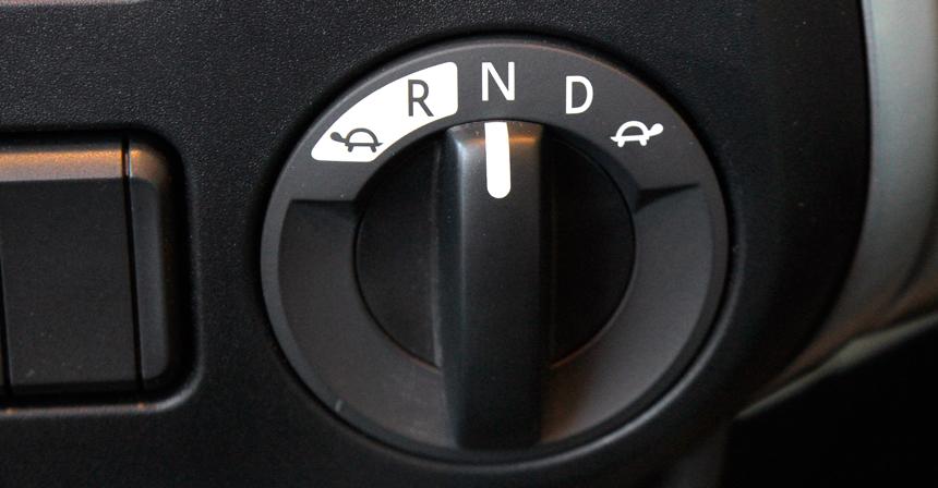 Режимы работы коробки передач традиционно переключаются селектором типа «стиральная машина»