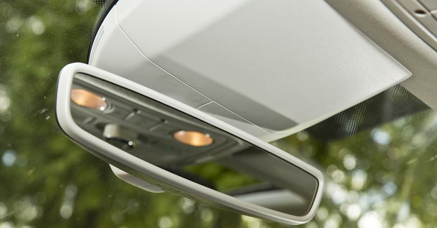 Дизайнерское зеркало вместо топорно-прямоугольного — результат рестайлинга. Автозатемнение есть во всех комплектациях, кроме базовой
