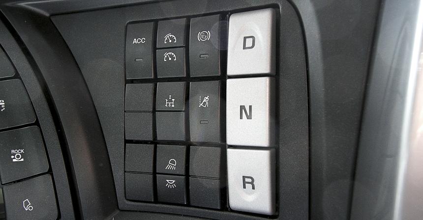 Режимы коробки-робота переключаются уже немодными кнопками на панели
