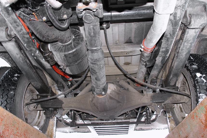 Батареи под днищем размещены в специальных коробах, а к стандартному заднему мосту идет укороченный кардан от редуктора электромотора