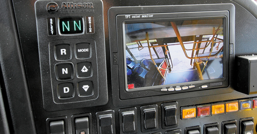 Справа на панели — пульт «автомата» Allison и экран видеосистемы