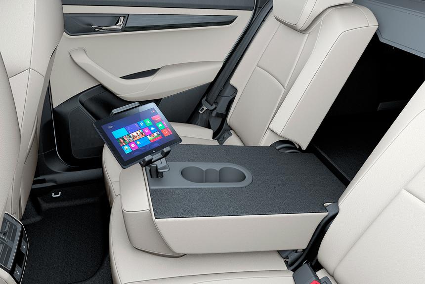 Karoq, как и любая Skoda, напичкан удобными мелочами Simply Clever. За резинки-держатели в дверных карманах, органайзер-подстаканник или скребок для льда на лючке бензобака доплачивать не нужно. А вот держатели для планшетов, контейнер для мусора в двери или крюки для рюкзаков в основаниях передних подголовников — опции