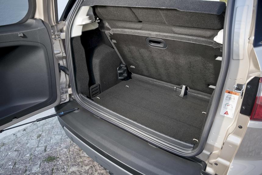 Багажник небольшой (334—356 литров под полку), но предусмотрена его трансформация: жесткий пол устанавливается на одном из трех уровней
