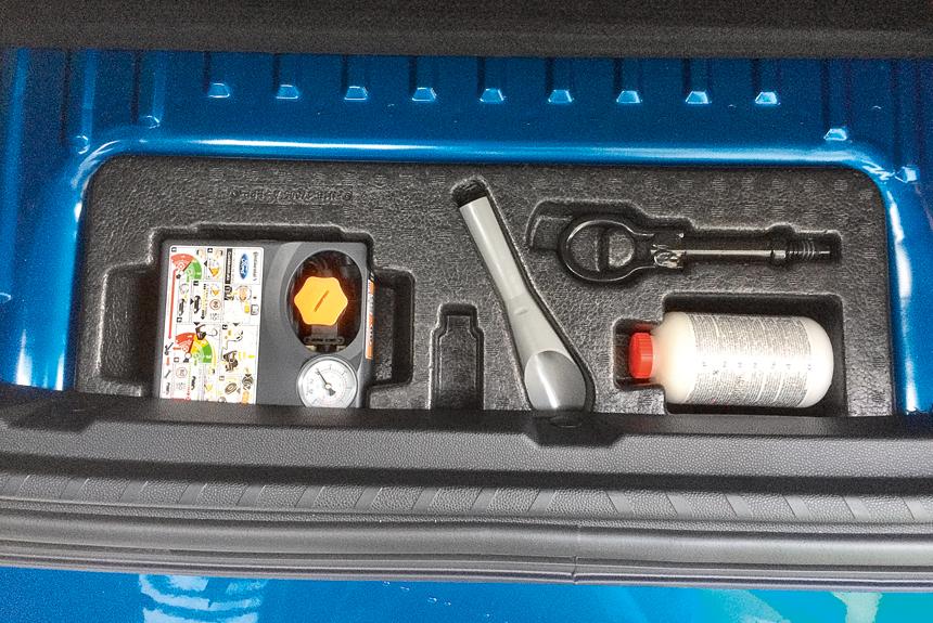 В подполье европейских версий — ремкомплект с герметиком, который эффективен лишь в случае мелких проколов шин
