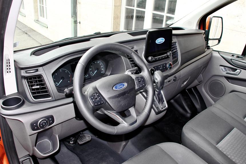 Передняя панель фургона Transit Custom более утилитарная