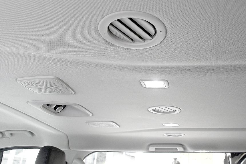 Для пассажиров предусмотрена своя климатическая установка с дефлекторами