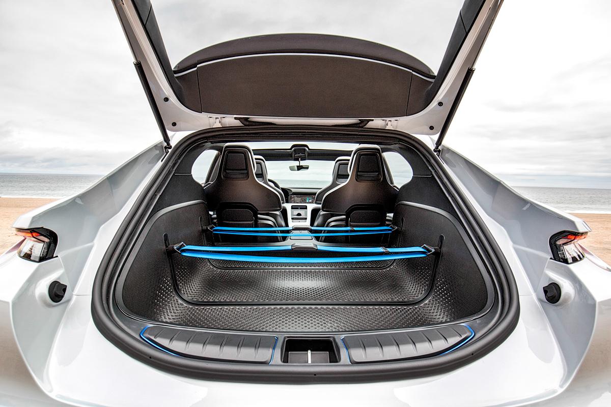 Надеюсь, багажник они все же перекроят, иначе поклажа будет летать по непредсказуемой траектории. А вот число задних сидений не изменится: Taycan безальтернативно четырехместный. Пусть семиместный кроссовер Tesla ModelX выигрывает хотя бы в пассажировместимости
