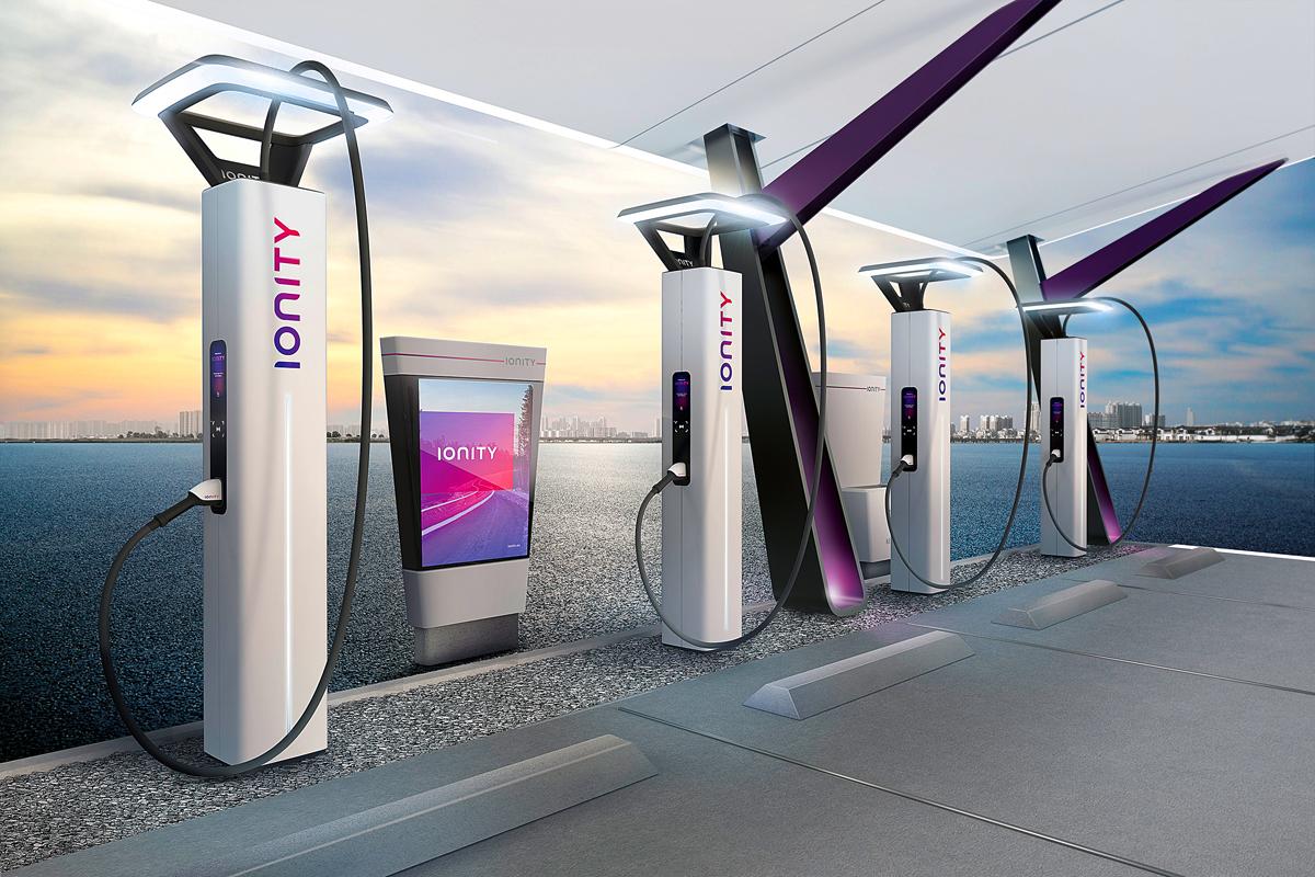 Цель европейского проекта IONITY — обеспечить «дальнобойную» электромобильность по основным европейским магистралям. Инициаторами стали немецкие автопроизводители (BMW, Daimler, Audi, Volkswagen, Porsche и Ford of Europe), а потому немудрено, что первые мощные зарядные станции заработали на немецких автобанах. Впрочем, недавно мощнейшая — 350 кВт! — станция IONITY была открыта на трассе А2 в районе швейцарской Люцерны. До конца года запустят 100 станций, а в 2020 году их будет не менее 400. Интерфейс предполагает совместимость со всеми распространенными «форматами». Пока что за зарядку платить не нужно, в том числе и за зарядку «сторонних» автомобилей — к ним, например, относится только что дебютировавший Jaguar I-Pace (компания Jaguar Land Rover не присоединилась к консорциуму IONITY). Но ценовая политика может измениться в любой момент. Интригой остается и возможное взаимодействие IONITY с крупнейшей в мире сетью станций быстрой зарядки (Supercharger) компании Tesla