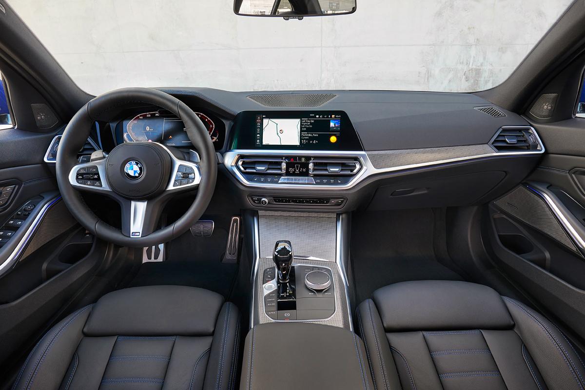Сравните модный BMW Cockpit и классические приборы. Хорошо, когда есть выбор. На третьем фото базовый интерьер с простыми креслами и самым маленьким экраном — теперь и он выглядит вполне пристойно. Настроенческая подствека есть у всех седанов, а за доплату появляется возможность менять ее цвета