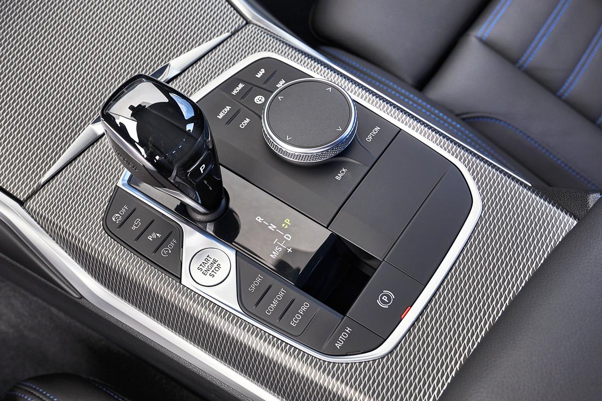 Новый джойстик «автомата» размерами напоминает деталь от BMW M5 в кузове Е60. Самая большая шайба мультимедийной системы с сенсорным полем для письменного ввода. Прежде рельефные клавиши быстрого выбора ключевых вкладок стали практически плоскими, и теперь вслепую пользоваться ими не так удобно