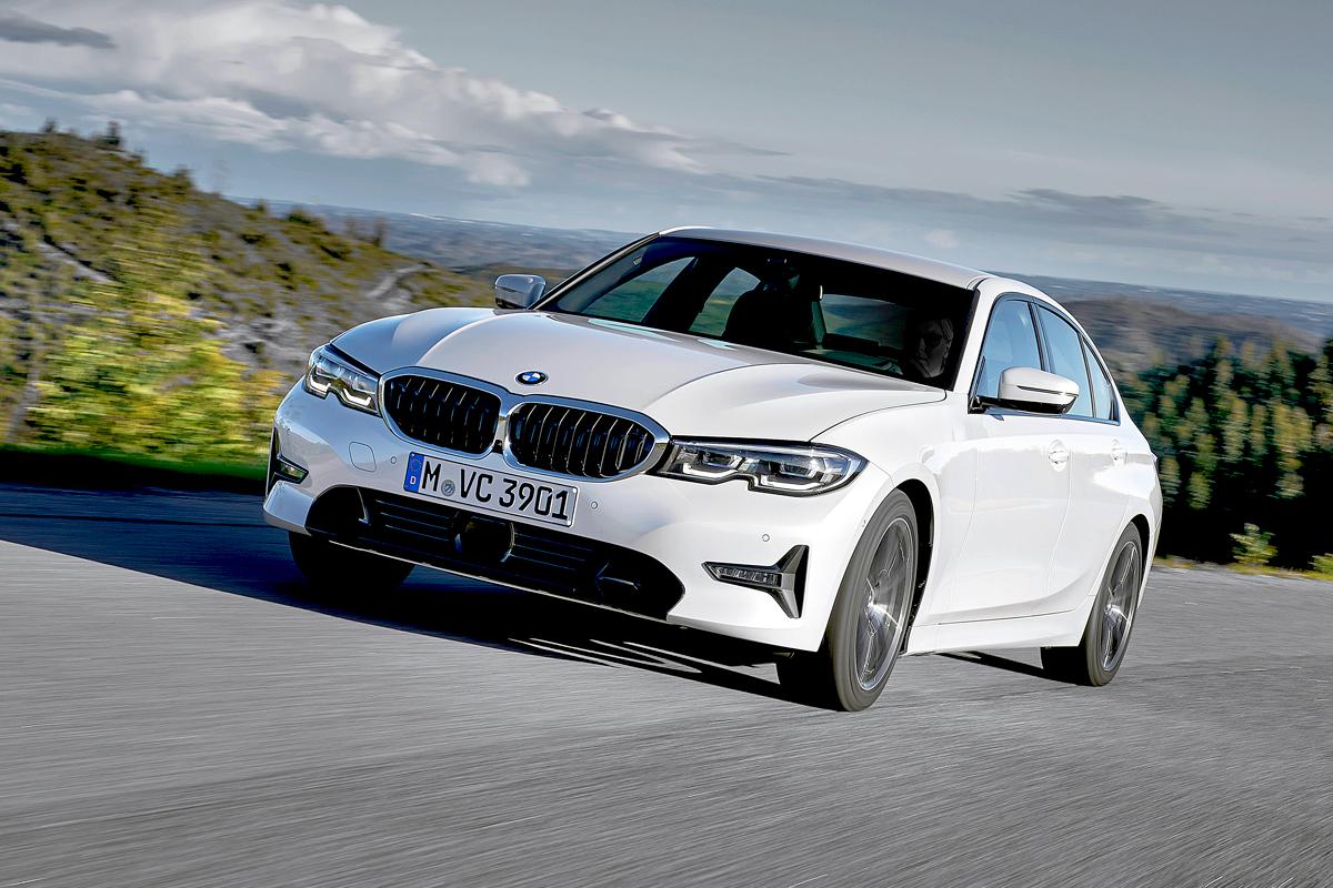 Бамперы линии Sport на белом седане совсем не так выразительны, как M Sport на синем автомобиле