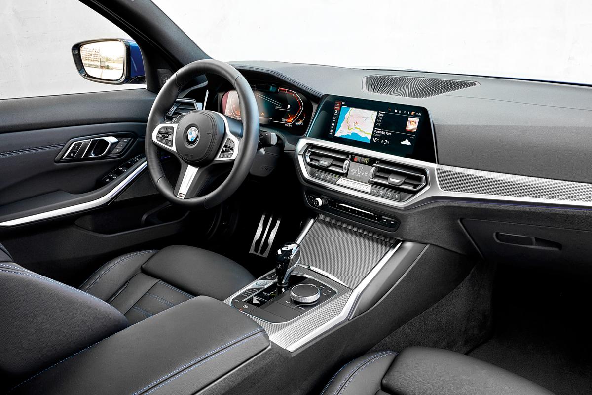Интерьер дорогой версии с опционным комплексом BMW Live Cockpit — с мультимедийной системой OS 7 и приборным дисплеем. Спереди стало просторнее, базовая геометрия посадки не изменилась. Вместо традиционного рычага ручника теперь кнопка, а из примет прошлого остался только слот для компакт-дисков