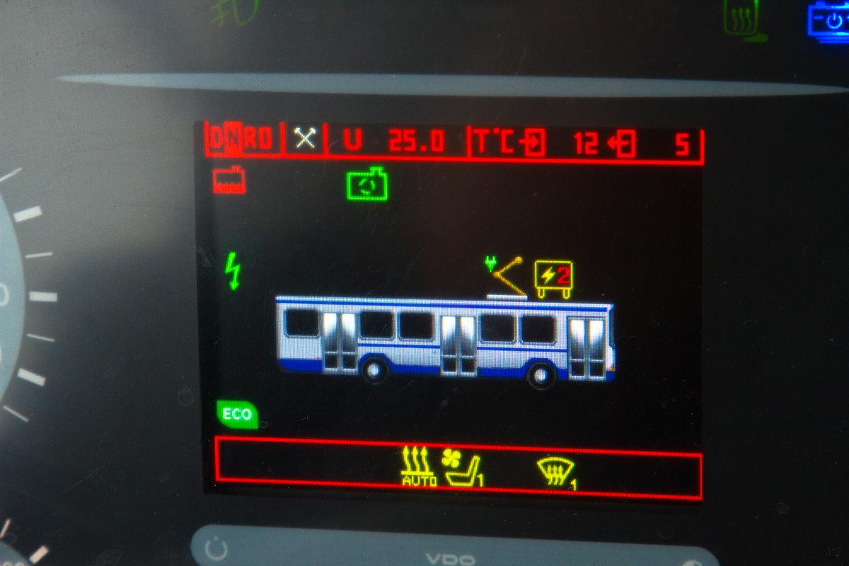 Электробус заряжается: видно, что пантограф поднят