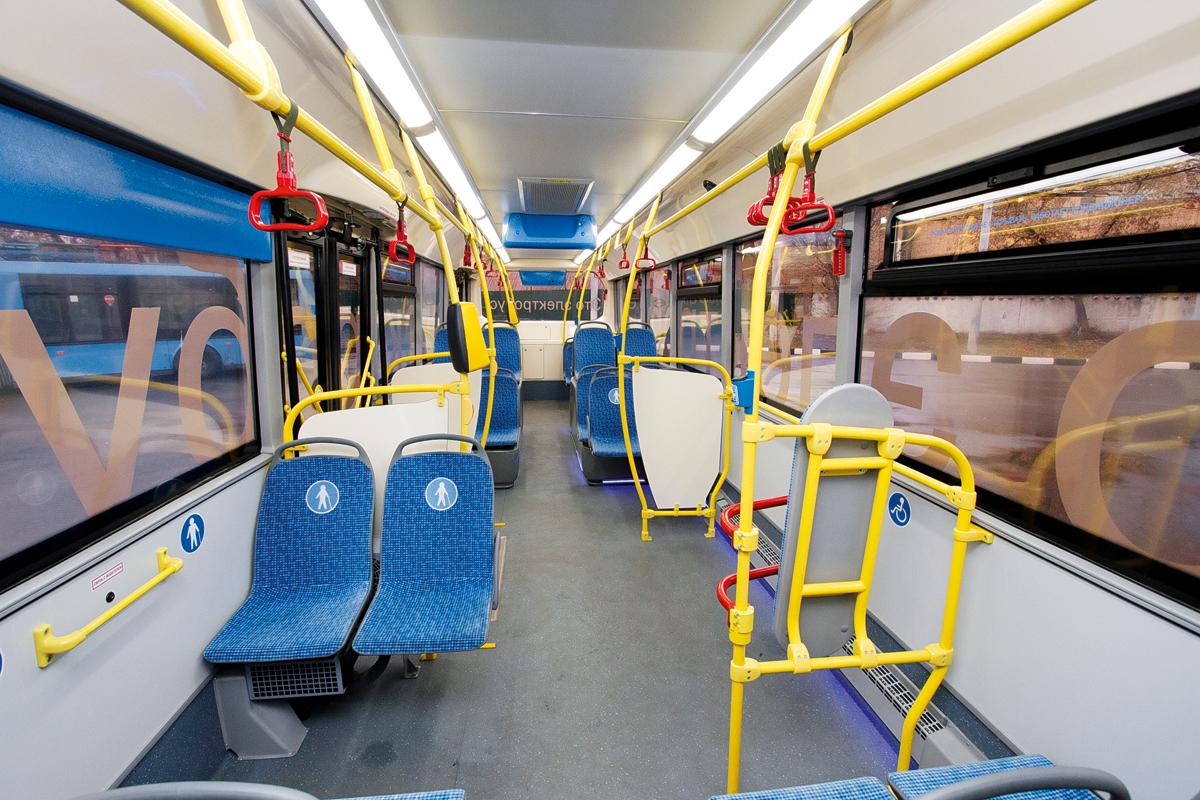 Главные отличия от обычного автобуса в салоне — отсутствие моторного отсека сзади и синяя светодиодная подсветка в районе пола