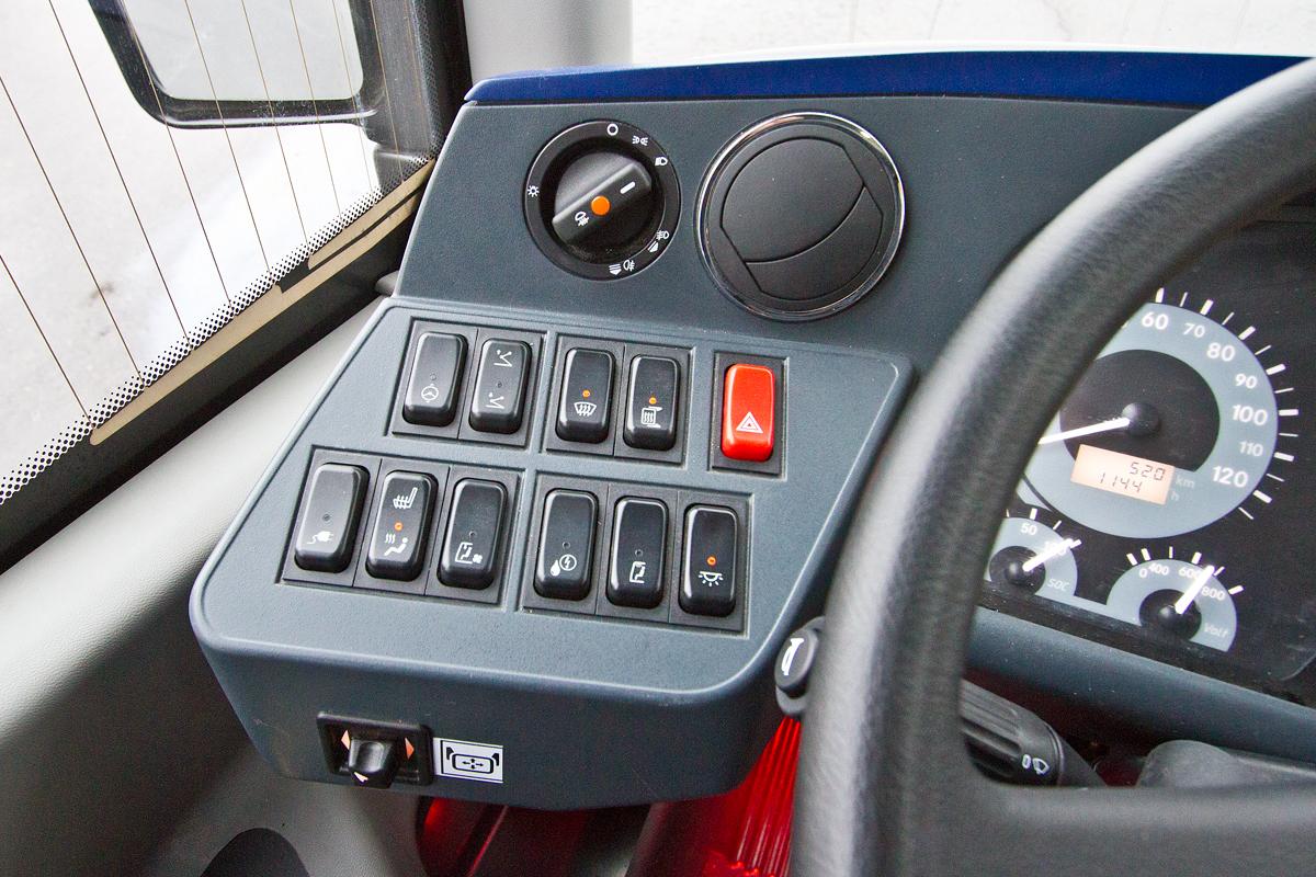 На панели есть и клавиша подъема пантографа (вторая слева в верхнем ряду)