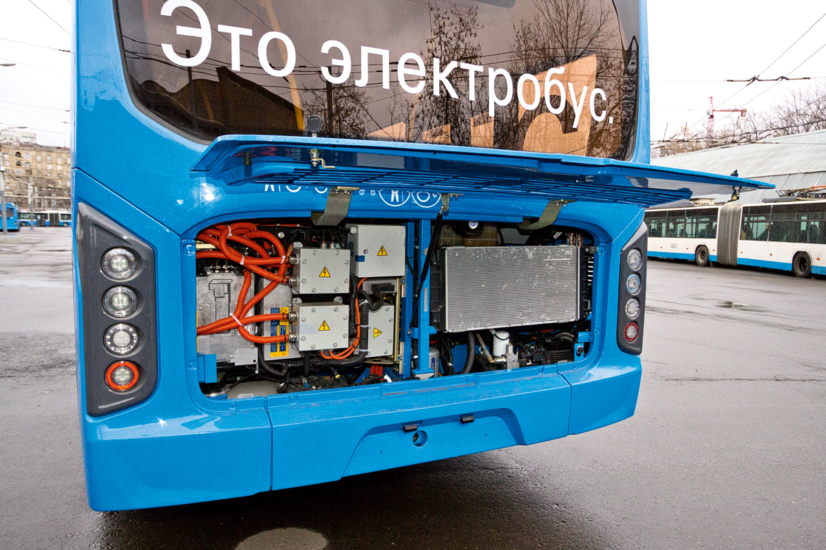 Под задней крышкой — преобразователи напряжения ирадиатор системы охлаждения электропривода