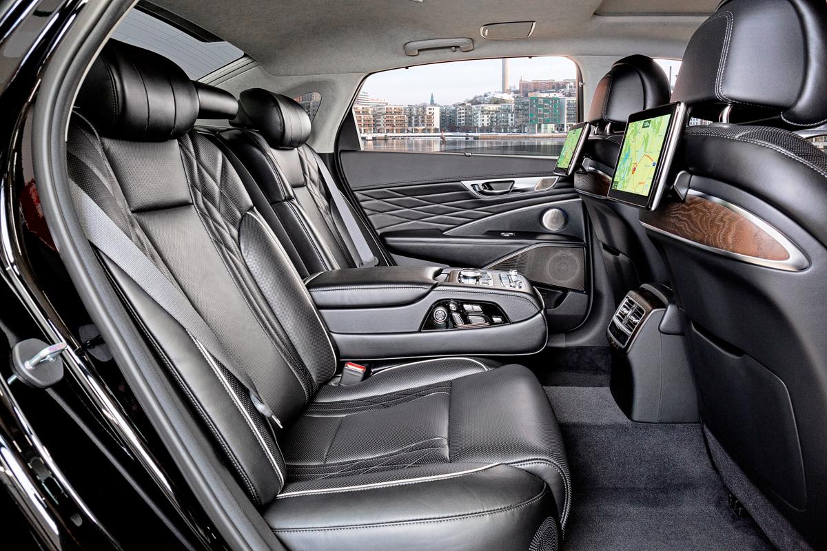 Сзади места достаточно. А в отсутствие переднего пассажира его кресло можно задвинуть к бардачку одним нажатием кнопки