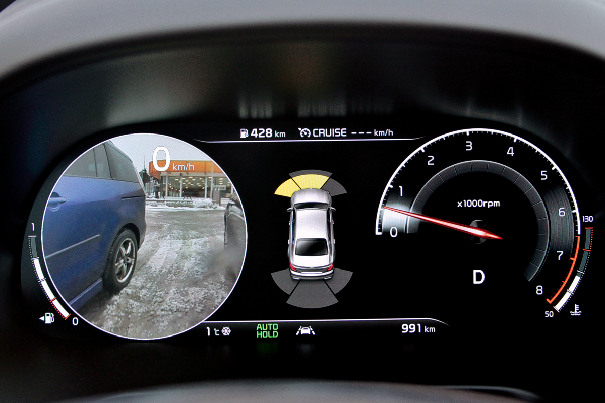 При маневрах можно по старинке смотреть в зеркала, а можно и на приборы: если включить указатель поворота, на шкалу спидометра или тахометра выводится изображение с боковых камер