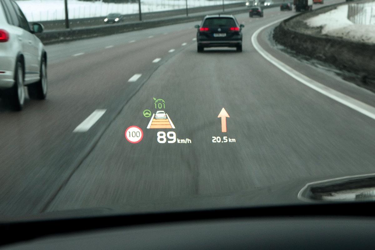 Крупный проекционный дисплей — это наглядные подсказки навигации, схема работы активного круиз-контроля и текущее ограничение скорости согласно базе данных штатной навигации