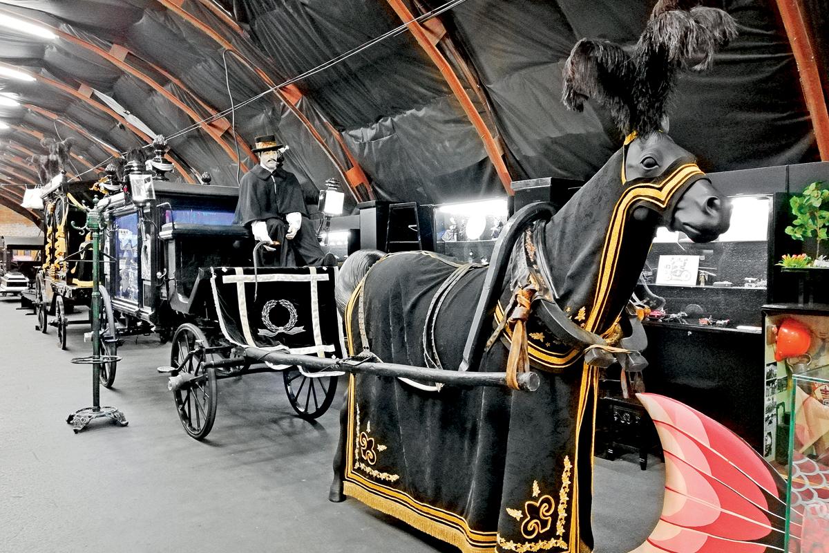Конный катафалк. Подчас цвет экипажа и масть лошади зависели от вероисповедания покойного