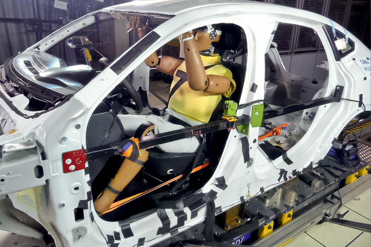 Специалисты Renault не на словах, а на деле доказали нам, что даже упор ногой в угол мультимедийного «планшета» абсолютно безопасен для колена живого человека. Во время стендовых тестов на травмобезопасность передней панели используются более крупные манекены массой 101кг (вместо 78-килограммовых). А руки им подвязывают к крыше, дабы они не мешали точному попаданию коленом в нужное место
