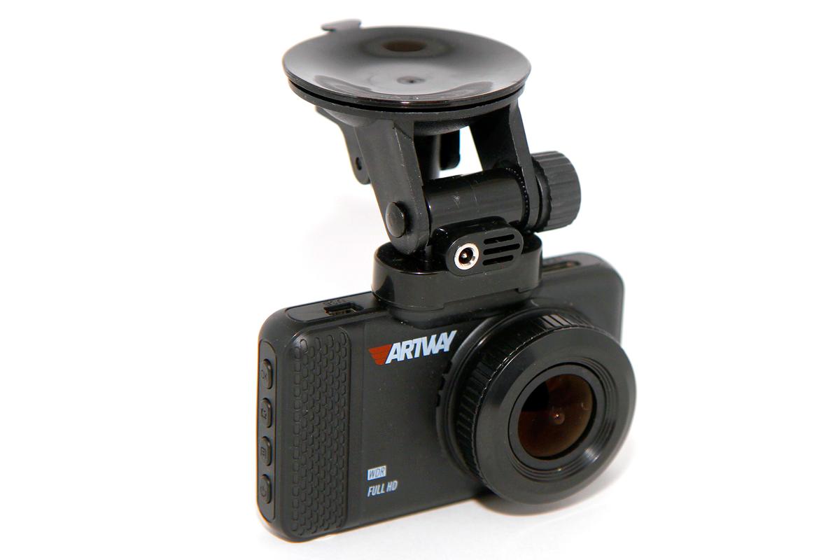 Крепеж видеорегистратора Artway AV-392 проектировался с оглядкой на приборчик Datakam G5 и получился вполне надежным и удобным — снимать и ставить гаджет можно одной рукой, причем не глядя