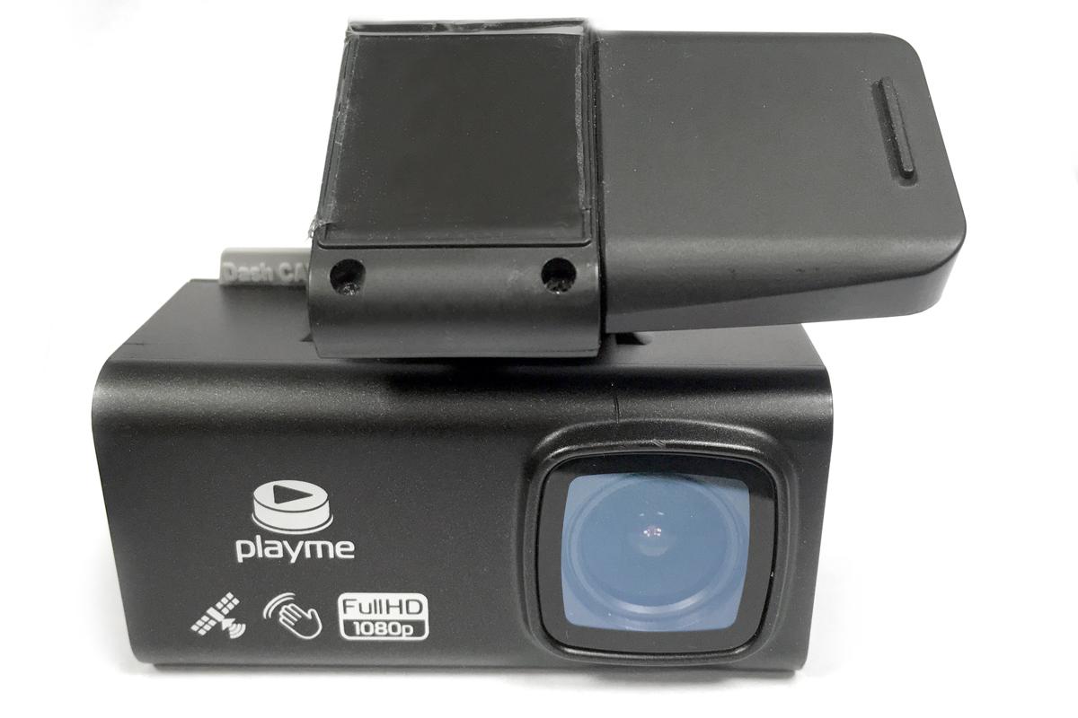Видеорегистратор Playme T10 имеет, на мой взгляд, самое удачное и надежное крепление. С кронштейном он связан мощным магнитом с продуманным упором-контрфорсом, а сам кронштейн держится на стекле на двустороннем скотче. И — никаких присосок!