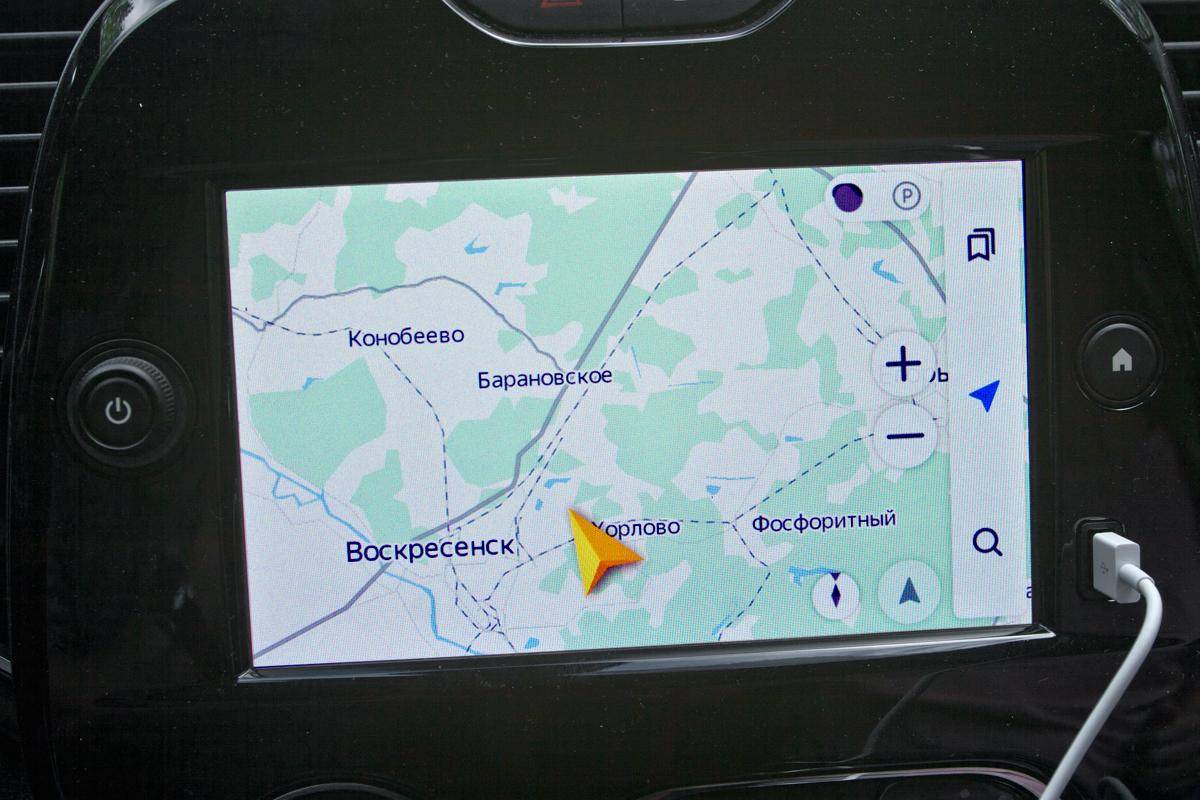 Сервис Яндекс.Авто оказался «сырым» — то и дело пропадали виртуальные кнопки изменения масштаба и боковая строчка меню. А вот Apple CarPlay работал без сбоев