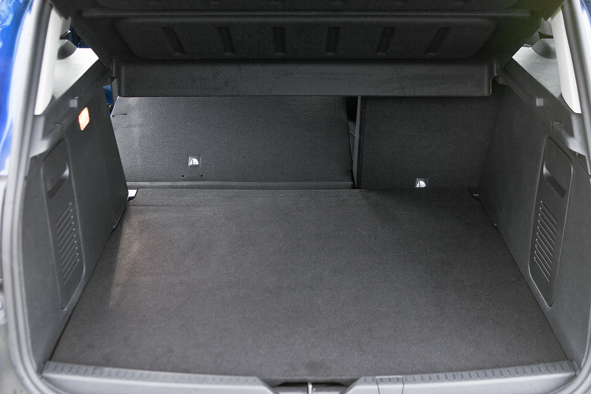 В багажнике не хватает дополнительных удобств. Двухуровневый пол — для галочки, поскольку разница между положениями не превышает 5 см